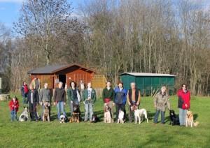 Mitglieder des Vereins mit ihren Hunden vor dem Vereinshaus